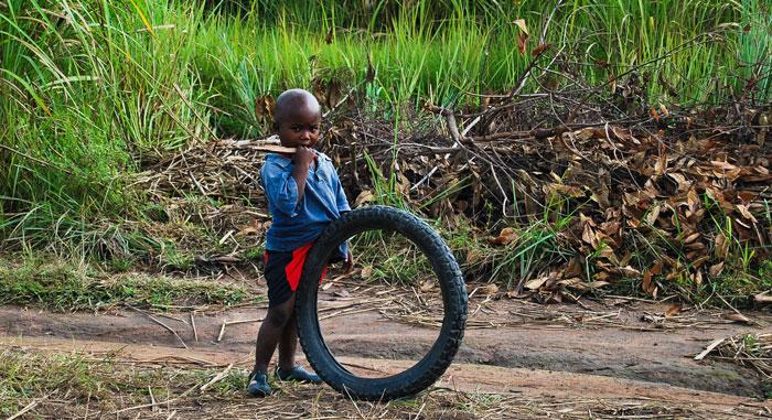 bambino-gioco-ruota